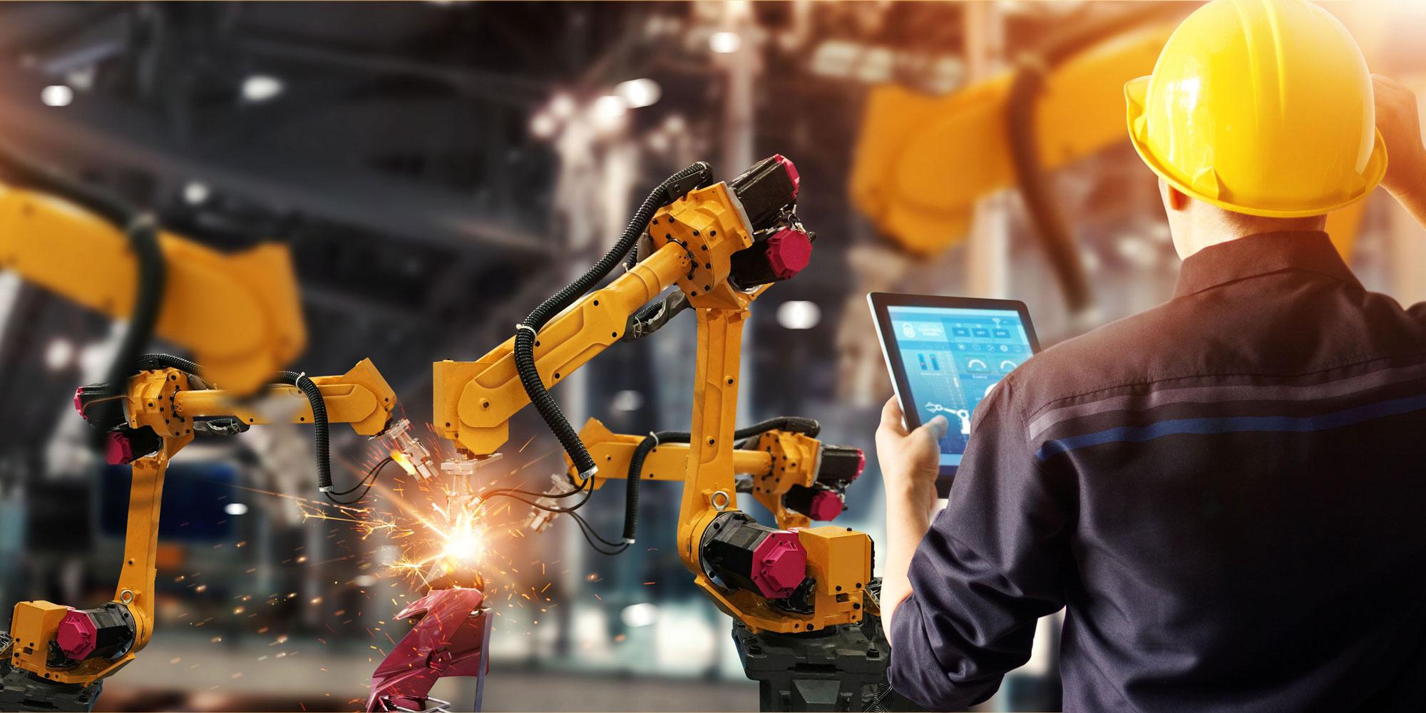 Uomo che controlla il funzionamento di un macchinario con un tablet