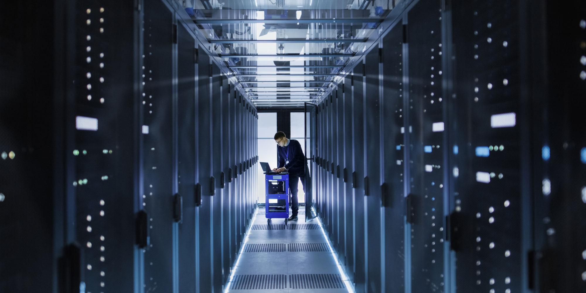 Foto di supercomputing con un ragazzo che lavora